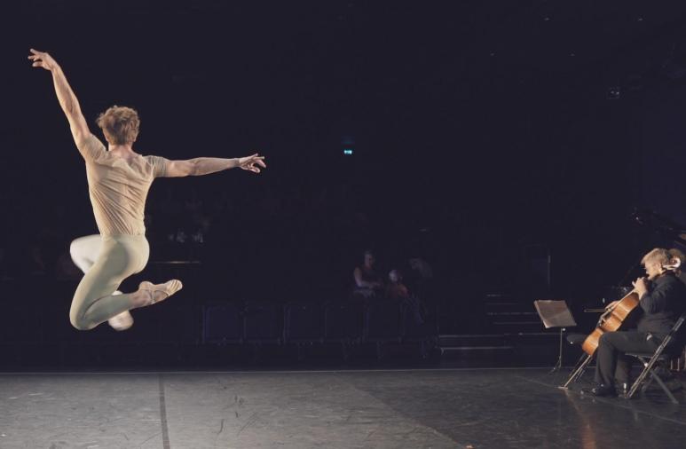 """Tobias Praetorius i Adam Lüders' """"Suite Italienne"""". Foto: Tom McKenzie, Kammerballetten."""