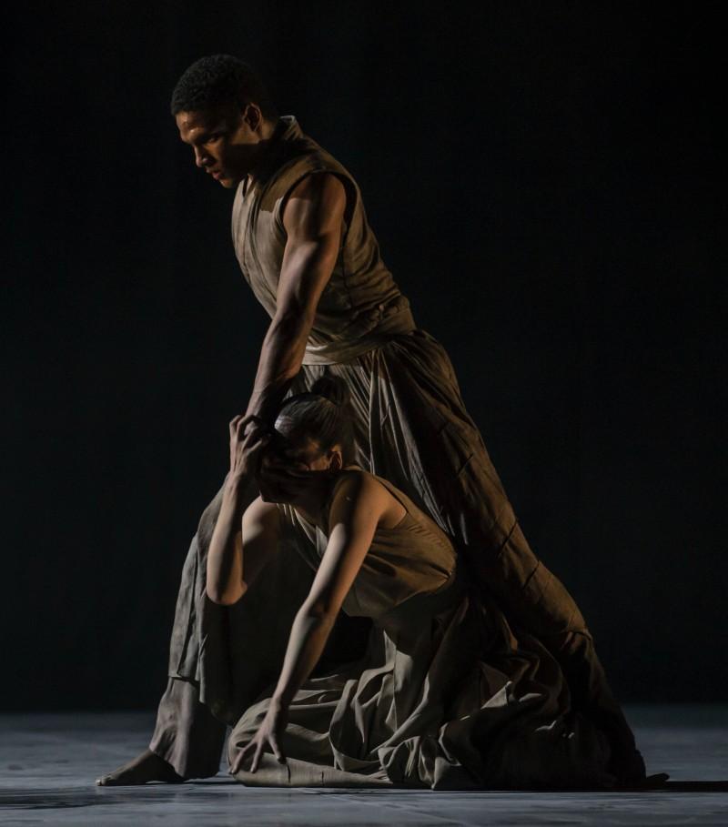 Sebastian Haynes og Stephanie Chen Gundorph i Akram Khans 'Vertical Road'. Foto: Henrik Stenberg.