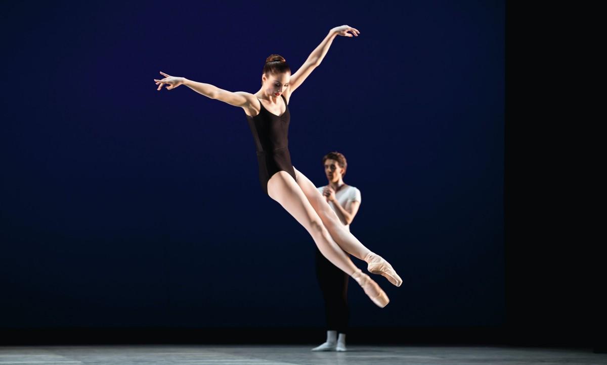 Amy Watson i George Balanchines Agon. Foto: Costin Radu.
